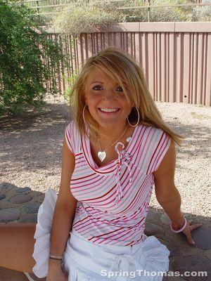 Блондинка задирает юбку в публичных местах 2 фото