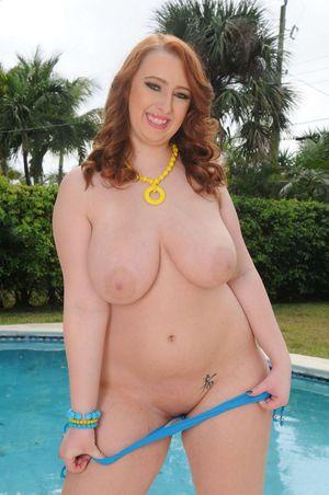 Жирная девушка возле бассейна 6 фото