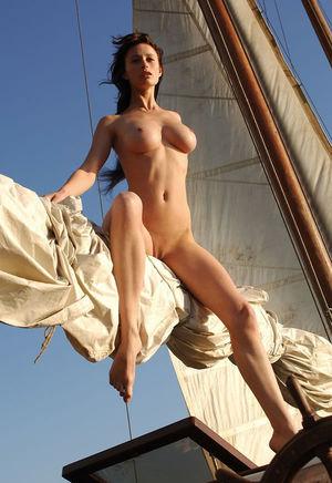 Худенькая девушка отдыхает на яхте 2 фото