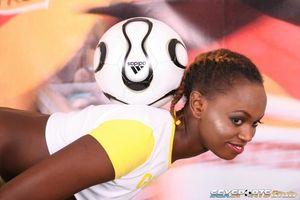 Негритянка фоткается, чтобы привлечь спонсоров к женскому футболу 3 фото