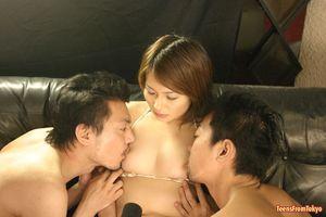 Два парня по очереди долбят волосатую пизду молоденькой азиатки 3 фото