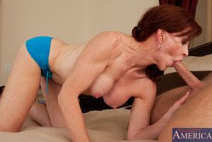 Зрелая пятидесятилетняя женщина получает наслаждение с молоденьким любовником в постели 5 фото
