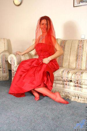 Брюнетка в красном платье устроила эротическое шоу 1 фото