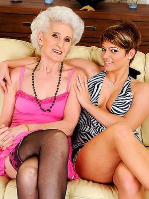 Молодая лесбиянка соблазнила бабушку 0 фото