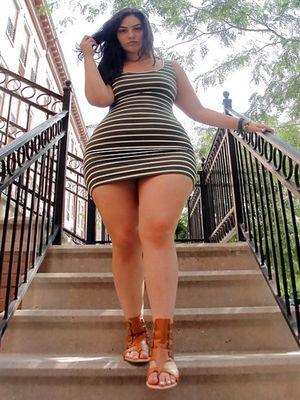Женщины с широкими бедрами в мини бикини 13 фото