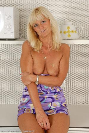Пожилая блондинка раздвинула ноги на кухне 2 фото