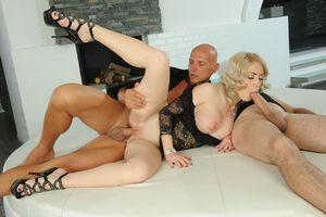 Блондинка ебется с двумя мужиками 7 фото