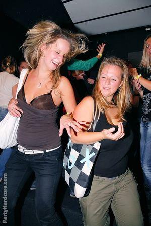 Пьяные бабы набросились на пенисы стриптизеров во время вечеринки 14 фото