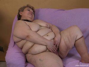Пожилая толстушка играет с длинным дилдо 5 фото