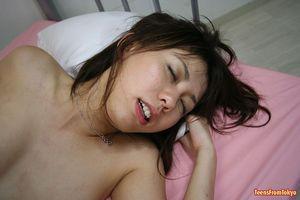 Изумительная японская девушка на кровати трахается с двумя пацанами 14 фото