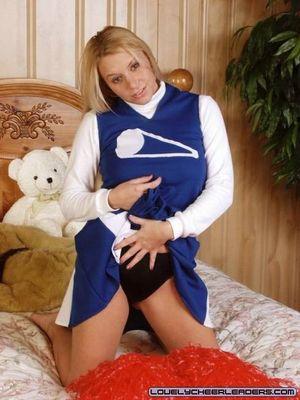 Блонда в униформе мастурбирует дилдо 1 фото