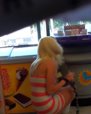 Снял на скрытую камеру, как блонда надевает трусики 12 фото