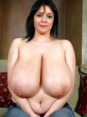 Зрелые жены показывают свои огромные сиськи 6 фото