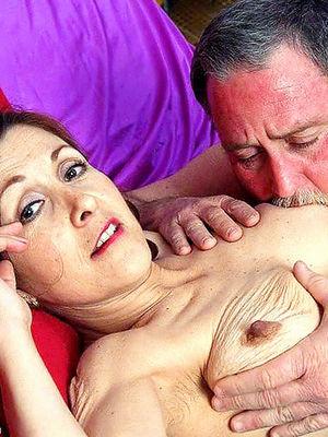 Пожилая волосатая женщина получает наслаждение с бородатым мужиком в постели