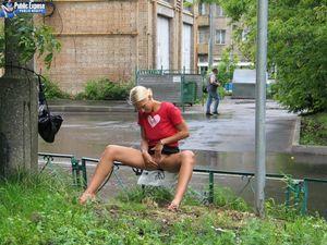 Блондинка трахает себя самотыком на улице. 7 фото
