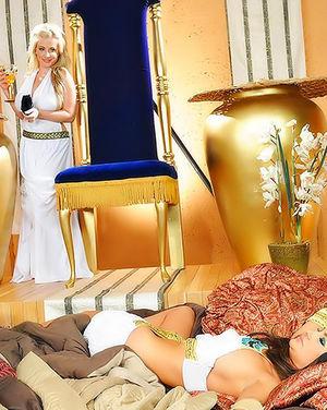 Римская царица ебется с подданным в пизду 5 фото
