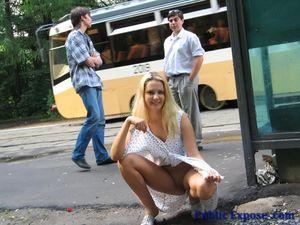 Блонда раздевается на людной остановке 10 фото