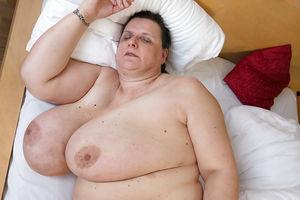 Развратная бабуля с обвисшими дойками и мохнатой мандой 9 фото