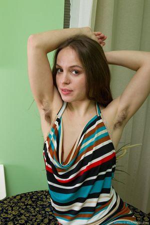 Гретта получила новое сексуальное полосатое платье и красивую пару каблуков 1 фото