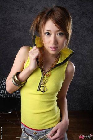 Тощая азиатка с волосатой пиздой скромно позирует на камеру 4 фото
