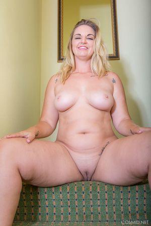 Толстая блондинка показывает свою задницу 3 фото