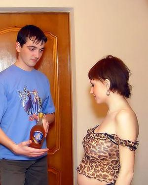 Парни дали за щеку беременной красотке 1 фото