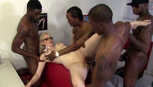 Негры трахают блудливую блондинку 3 фото