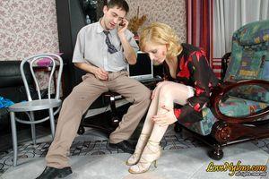 Секретарша без трусиков соблазнила босса 17 фото