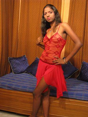Девушка индийской внешности оголяет мохнатку и сиськи 2 фото