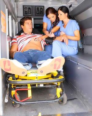 Красивые медсестрички трахнули больного в скорой 1 фото