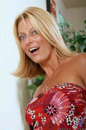 Зрелая блондинка показывает свои силиконовые титьки 3 фото