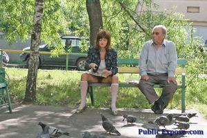 Девушка из России оголяет волосатую пизду в публичных местах 1 фото