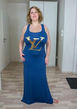 Зрелая толстуха показывает свои огромные жирные титьки 4 фото