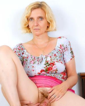 Зрелая женщина пробует себя в роли фотомодели 3 фото