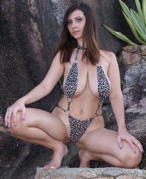 Брюнетка в леопардовом купальнике 4 фото