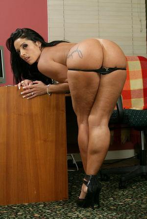 Бразильянка показывает большой зад и сиськи 2 фото