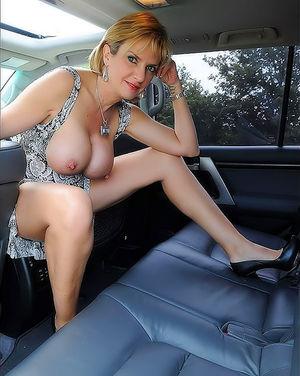 Зрелая женщина в автомобиле вывалила свои большие круглые буфера 4 фото
