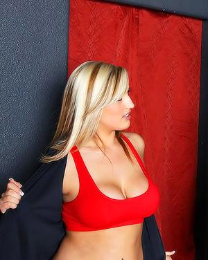 Милая блондинка с татуировкой на попе отдается своему тренеру 3 фото