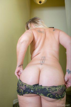 Толстая блондинка показывает свою задницу 2 фото