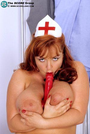 Пышная тетка в униформе медсестры трахает себя самотыком.