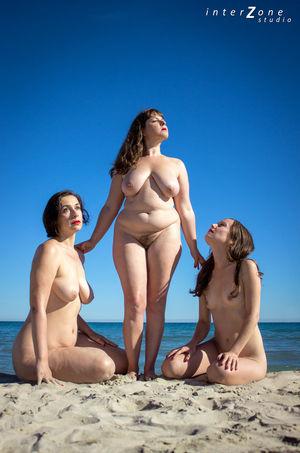 Голая тетка со своими подружками 16 фото