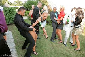Пьяная вечеринка быстро превратилась в групповой секс 5 фото
