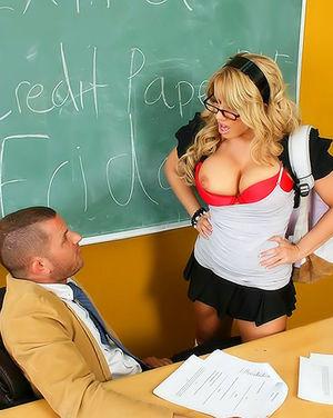 Грудастая студентка блондинка подставила киску под член своего преподавателя 4 фото