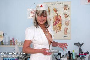 Бабенка расширила пизду гинекологическим зеркалом ради большого дилдо 3 фото