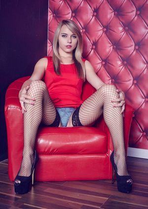 Блондинка в сетчатых чулках