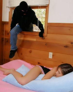 Грабитель трахнул спящую молодуху в пизду
