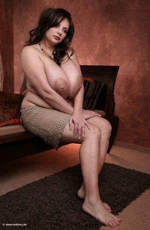 Пухлая брюнетка демонстрирует свои огромные груди 13 фото