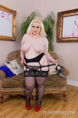 Жирная блондинка оголяет свои прелести. 15 фото