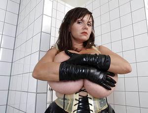 Milena Velba вывалила свою силиконовую грудь 6 фото