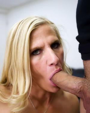 Зрелая блонда соблазнила молодого коллегу 5 фото